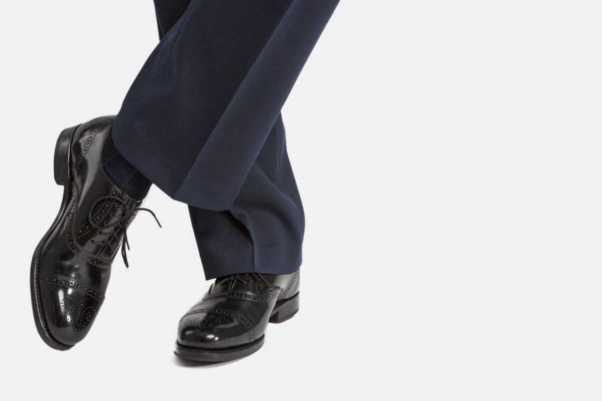 How to combine boots and shoes with a suit